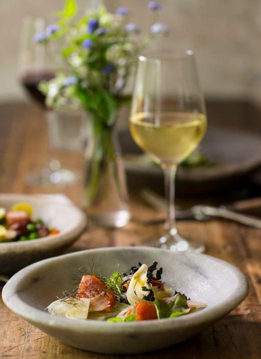 plats traditionnels gastronomie angers verre vin blanc pont de ce